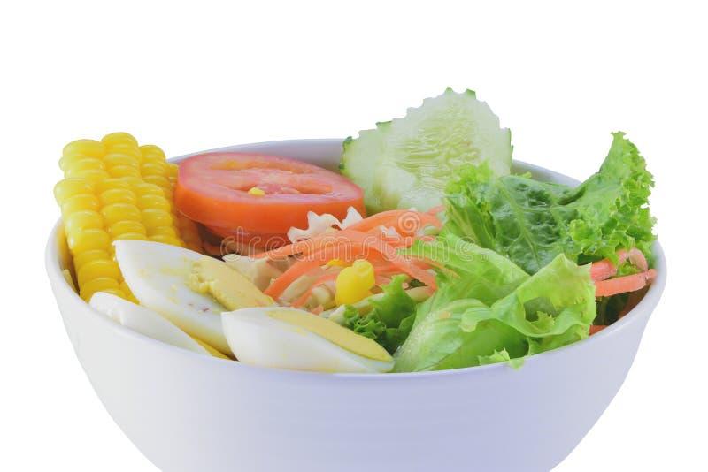 Салат в белой чашке на предпосылке изолята стоковое фото rf