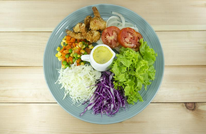 Салат зажарил овощи креветки свежие в голубой плите стоковая фотография