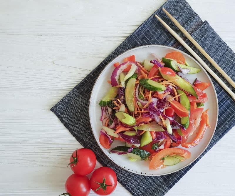 Салат, здоровье питания вегетарианского китайского томата еды свежее зеленое на деревянной таблице предпосылки стоковая фотография rf