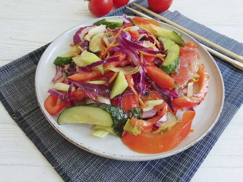 Салат, здоровье питания вегетарианского китайского томата еды свежее на деревянной таблице предпосылки стоковое изображение