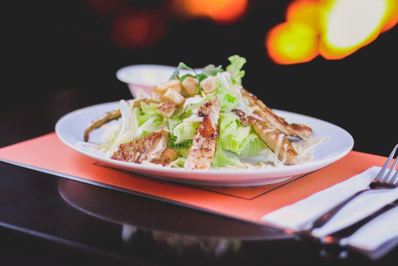 салат из курицы цезаря стоковое фото rf