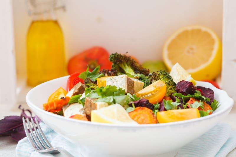 Салат испеченных овощей и тофу стоковое фото rf