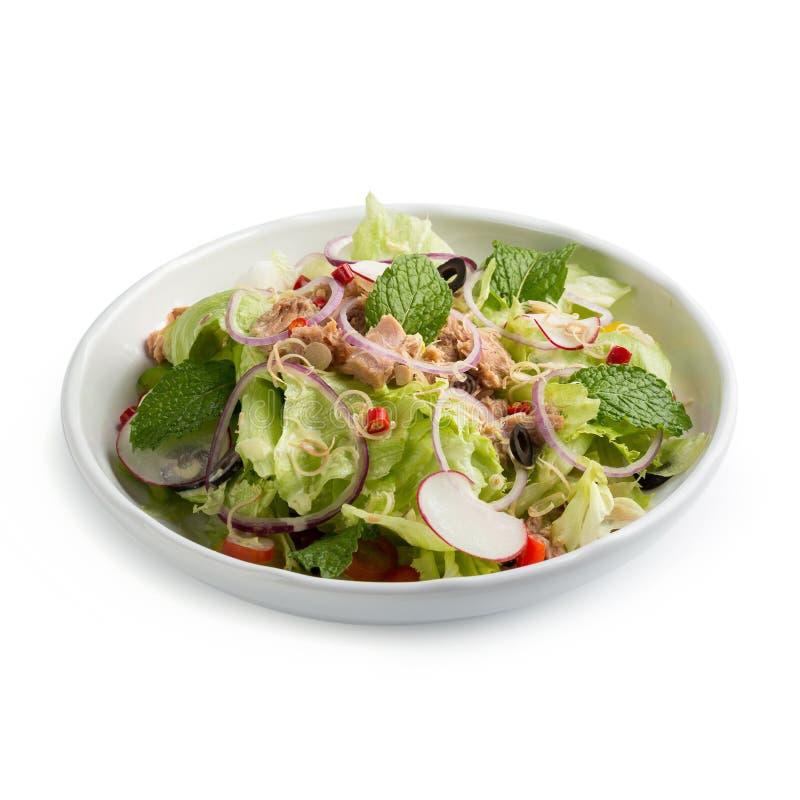 Салат и овощ тунца с салатом, яичками и isol гранатового дерева стоковые изображения