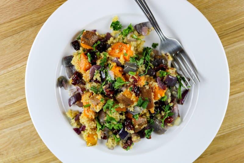 Салат квиноа с сладким картофелем стоковое изображение