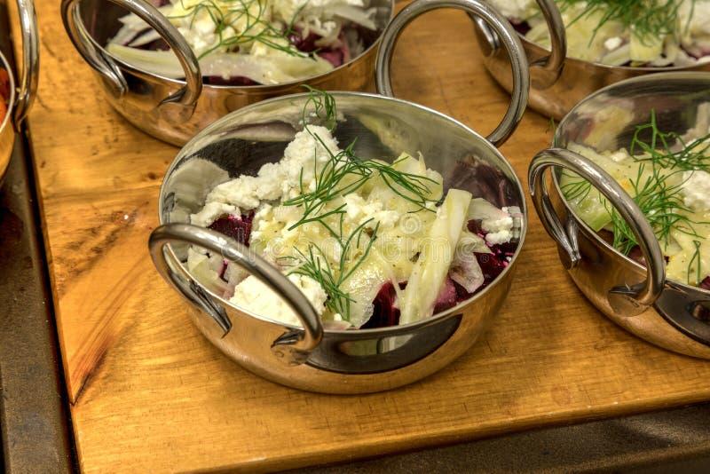Салат козий сыра и красной свеклы стоковые изображения