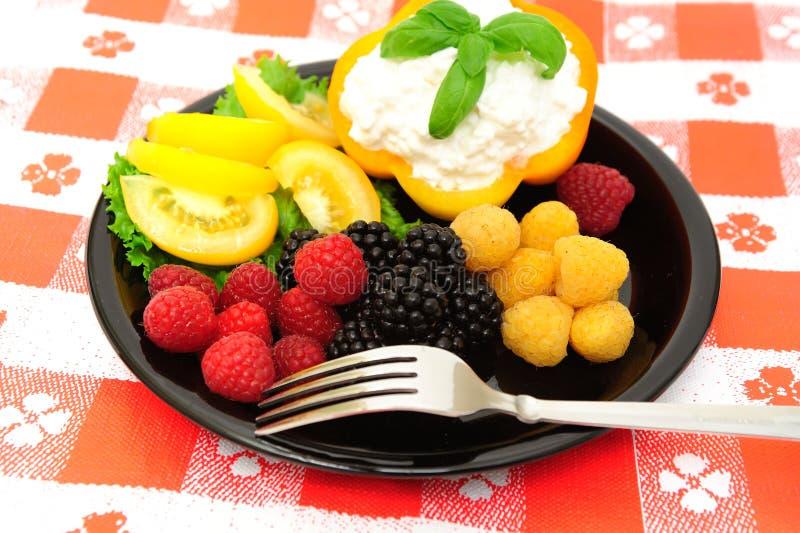 салат коттеджа сыра ягоды свежий стоковое изображение