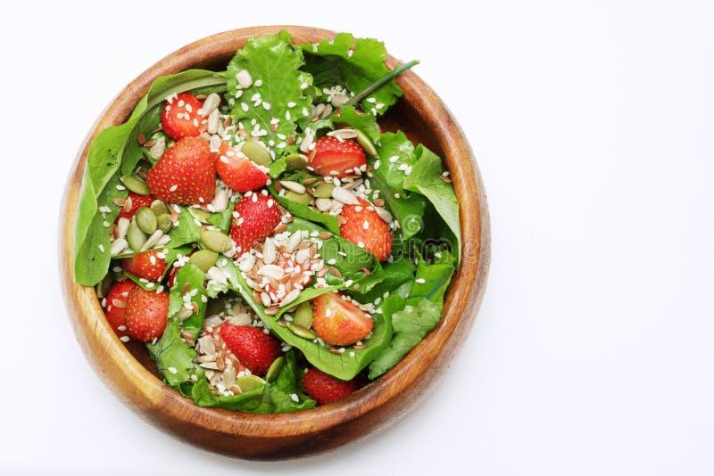 Салат лета диеты с клубниками, салатом и семенами, легкой закуской, здоровой едой, стоковые фото