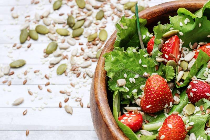 Салат лета диеты с клубниками, салатом и семенами, легкой закуской, здоровой едой, стоковое изображение