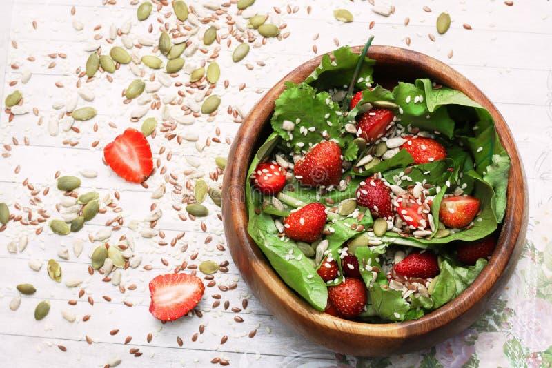 Салат лета диеты с клубниками, салатом и семенами, легкой закуской, здоровой едой, стоковая фотография