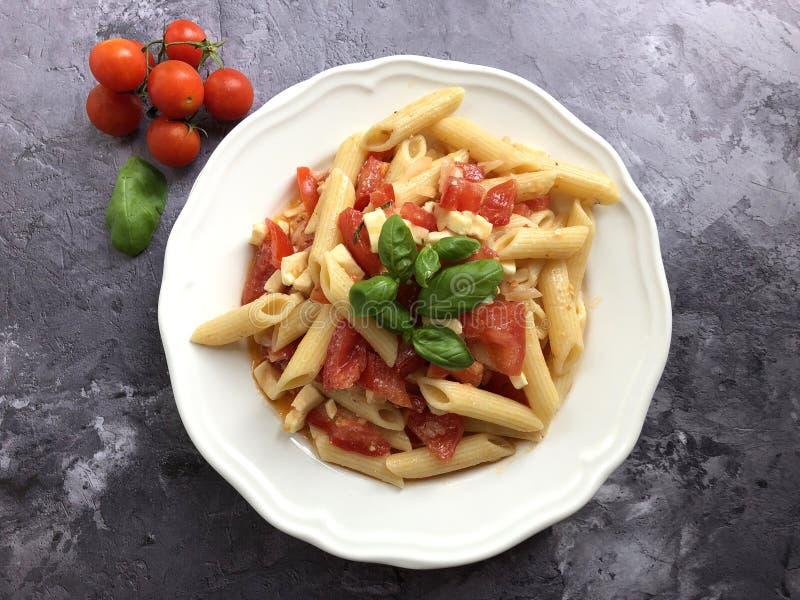 Салат макаронных изделий Caprese неимоверно популярное классическое блюдо лета стоковая фотография rf