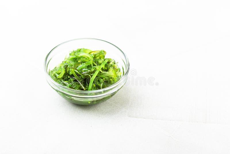 Салат морской водоросли Wakame с семенем сезама традиционное еды японское стоковая фотография rf