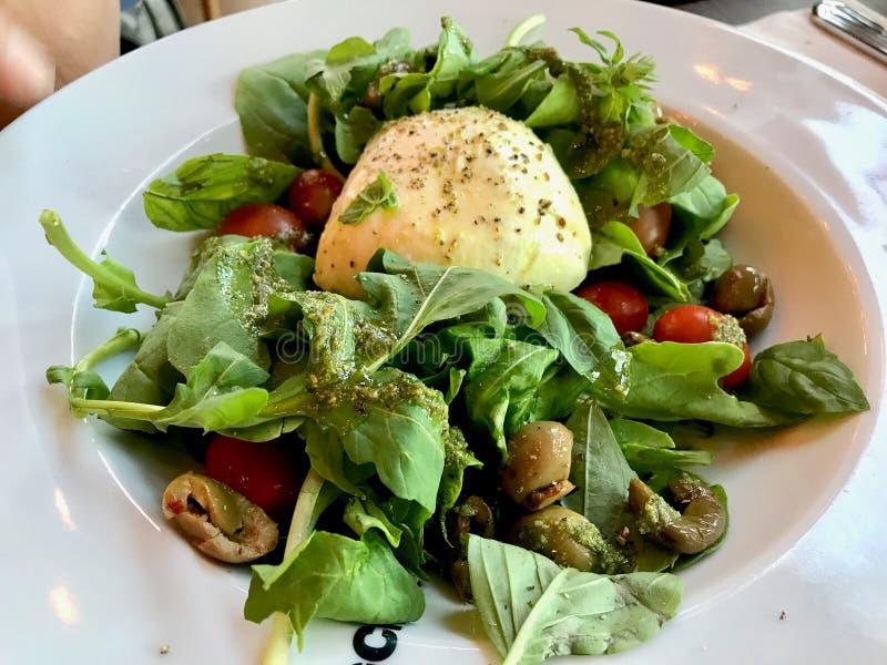 Салат моццареллы с соусом песто, зелеными оливками и Arugula Rucola или листьями Ракеты стоковые фотографии rf