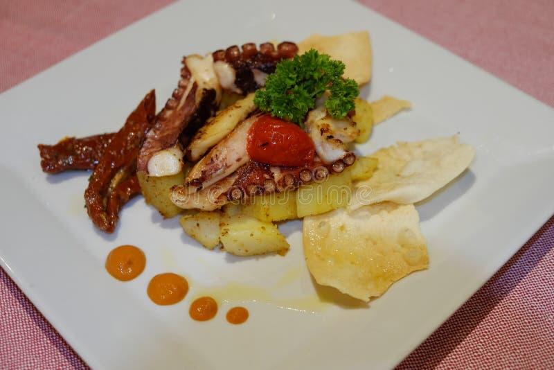Салат осьминога с картошками стоковые изображения