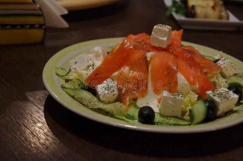 салат от рыб огурцов сыра зеленых цветов оливки стоковое фото rf