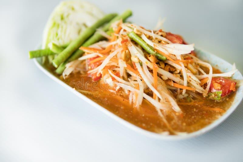 Салат папапайи, пряный салат папапайи с посоленным крабом и заквашенные рыбы стоковые изображения