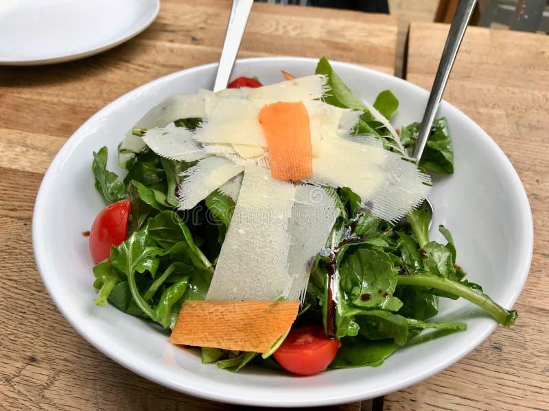 Салат пармезана с Arugula, листьями Rucola или Ракеты и томатами вишни стоковые фото