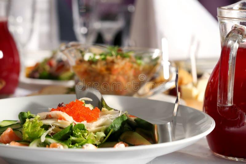 Салат рыб, икры и огурца в белой плите стоковая фотография rf