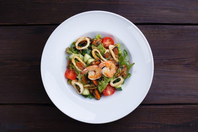салат свежего овоща и морепродуктов креветок стоковое фото