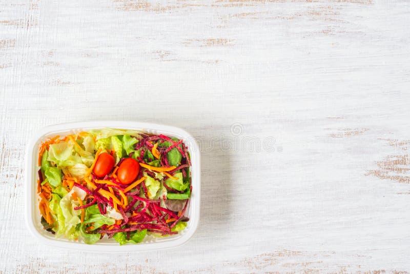 Салат свежего овоща на ржавой белой древесине : Коробка для завтрака, принимает отсутствующие натуральные продукты Диета потери в стоковое фото