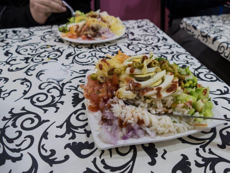 Салат свежего овоща смешанный на таблице стоковое изображение