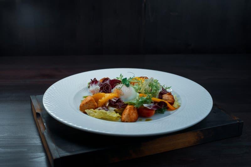 Салат свежего овоща с листьями зеленого салата с желтым болгарским перцем с кусками зажаренных красных рыб и краденного яйца стоковые фотографии rf