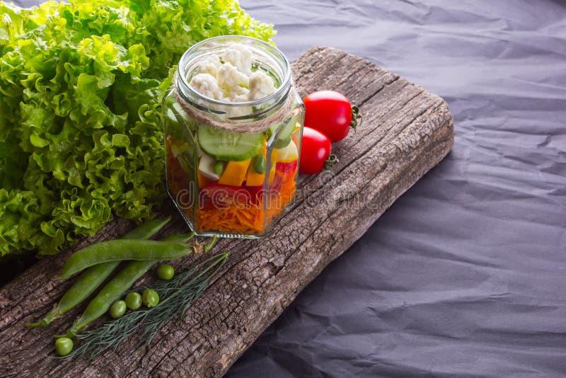 Салат свежего овоща с травами на деревянной доске стоковая фотография