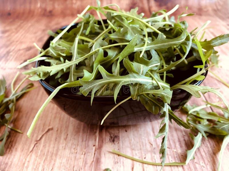 Салат свежей ракеты зеленый, arugula на винтажной предпосылке стоковая фотография