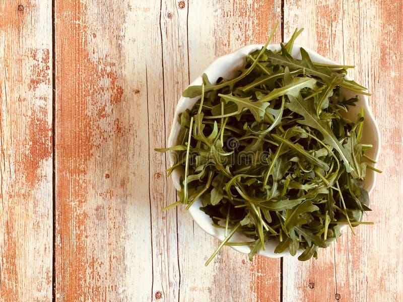 Салат свежей ракеты зеленый, arugula на винтажной предпосылке стоковое фото