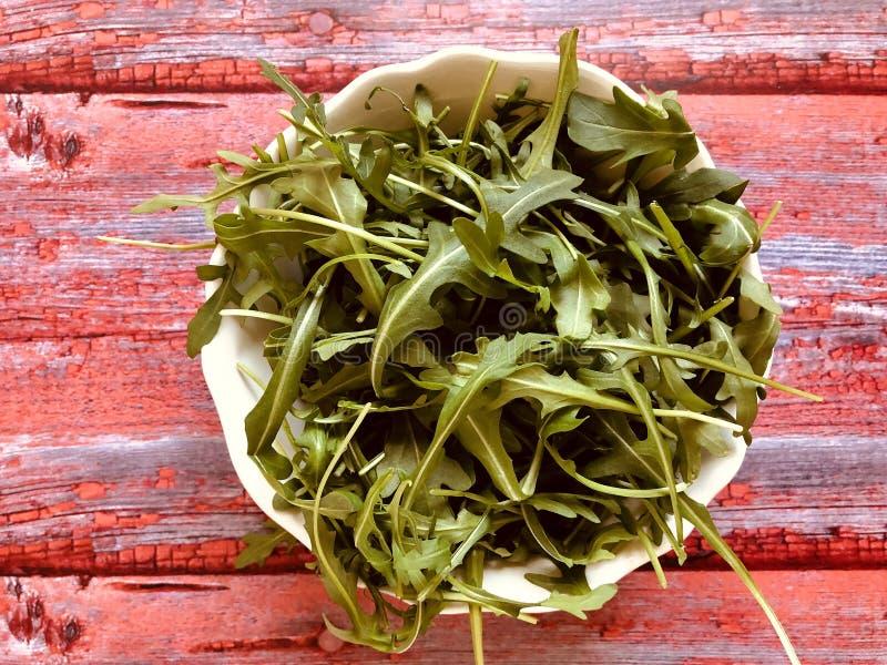Салат свежей ракеты зеленый, arugula на винтажной предпосылке стоковые фото