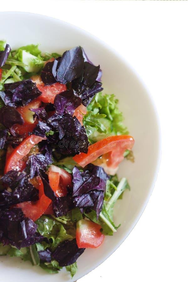 салат свежих овощей на таблице, конца-вверх, на wh стоковая фотография rf