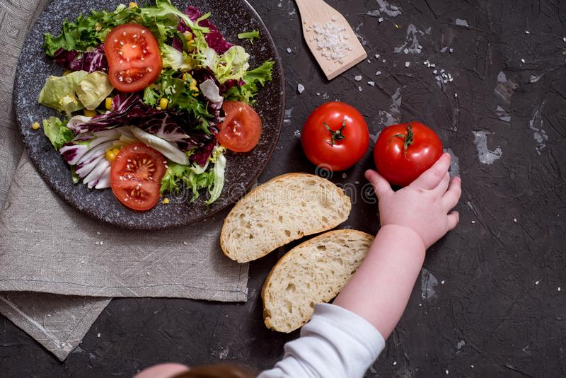 Салат свежих овощей с пурпурной капустой, белой капустой, салатом, морковью в темном шаре глины на черной предпосылке r стоковое изображение