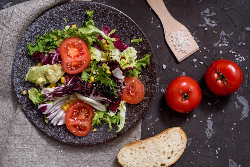 Салат свежих овощей с пурпурной капустой, белой капустой, салатом, морковью в темном шаре глины на черной предпосылке r стоковые фотографии rf