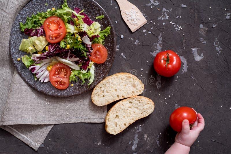 Салат свежих овощей с пурпурной капустой, белой капустой, салатом, морковью в темном шаре глины на черной предпосылке r стоковая фотография