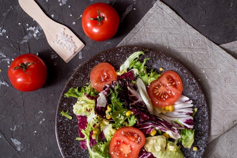 Салат свежих овощей с пурпурной капустой, белой капустой, салатом, морковью в темном шаре глины на черной предпосылке r стоковые изображения rf