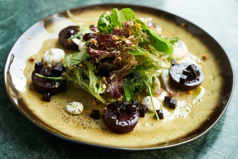 Салат свеклы с козий сыром, Candied грецкими орехами, зелеными цветами весны стоковое изображение rf