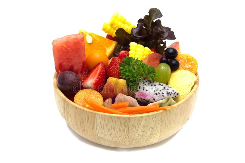 Салат со смешанными фруктами и овощами в деревянном шаре стоковая фотография
