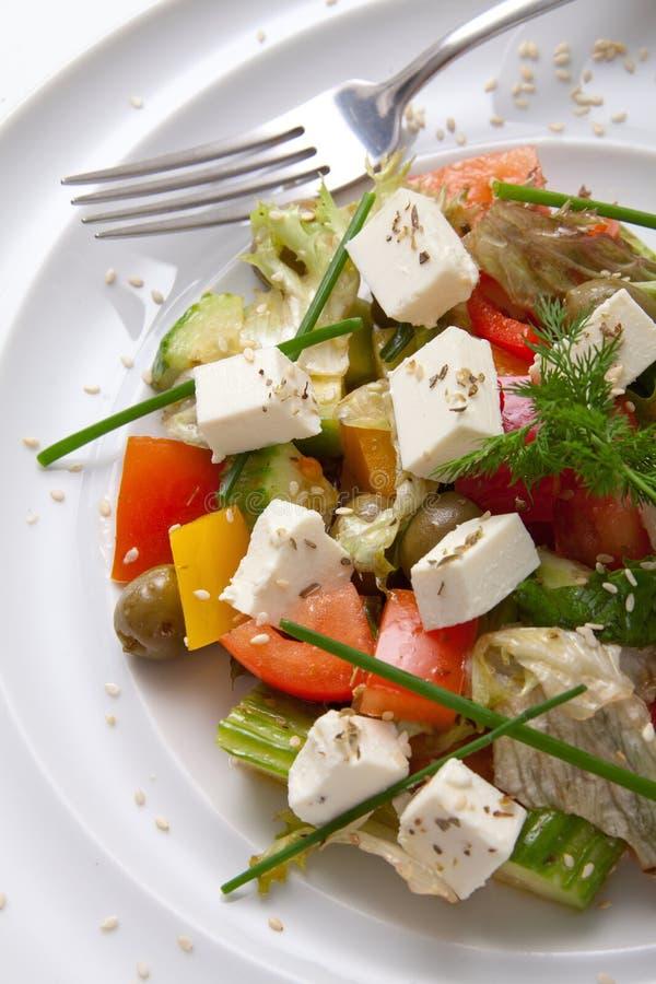 салат Среднеземноморск-стиля греческий с сыром фета, органическими зелеными оливками, томатами вишни, огурцом и петрушкой стоковые изображения