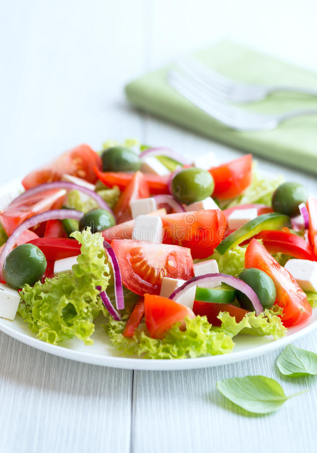 салат Среднеземноморск-типа с feta и оливками стоковое изображение rf