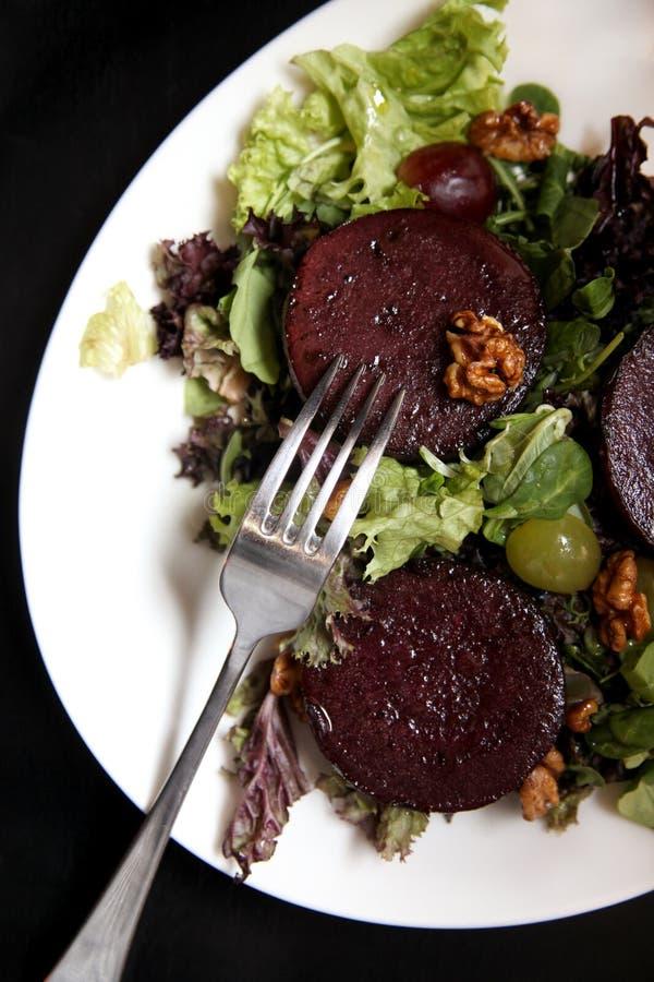 Салат стейка бураков с соусом, виноградинами и грецкими орехами голубого сыра стоковое фото rf