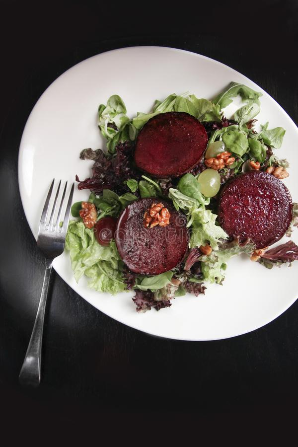 Салат стейка бураков с соусом, виноградинами и грецкими орехами голубого сыра стоковое изображение rf