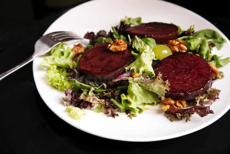 Салат стейка бураков с соусом, виноградинами и грецкими орехами голубого сыра стоковые изображения rf