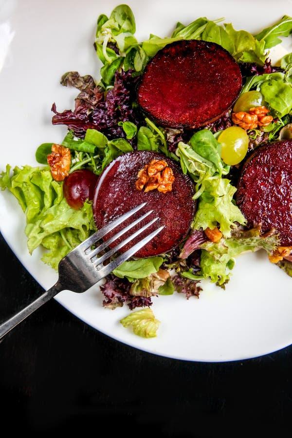 Салат стейка бураков с соусом, виноградинами и грецкими орехами голубого сыра стоковые фотографии rf