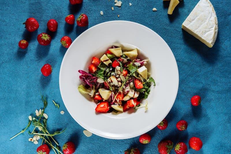 Салат с взглядом сверху сыра и клубники бри стоковая фотография
