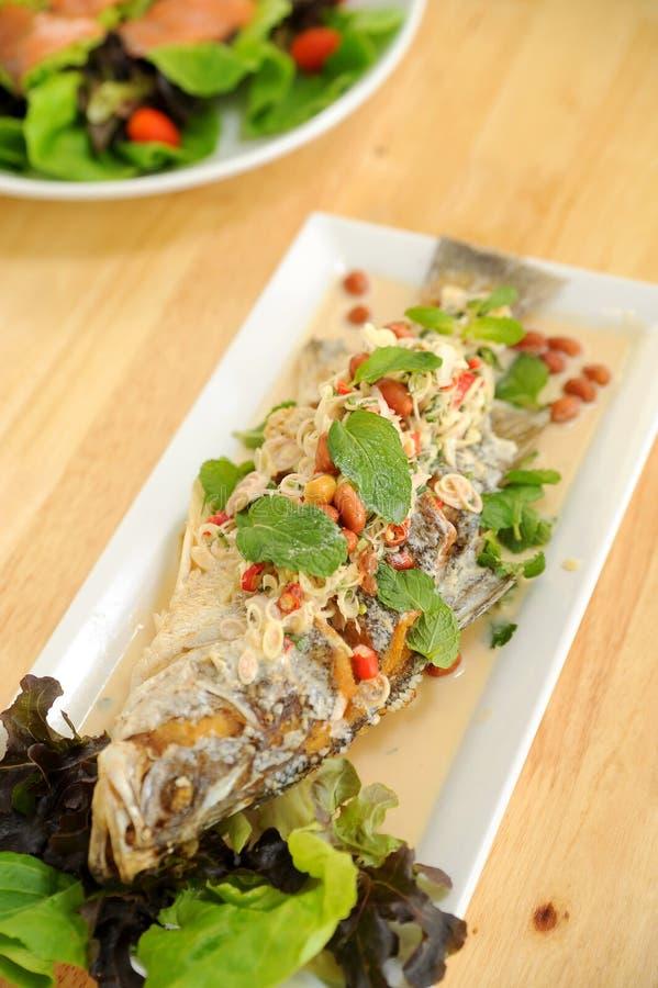 Салат с глубокими зажаренными рыбами стоковая фотография