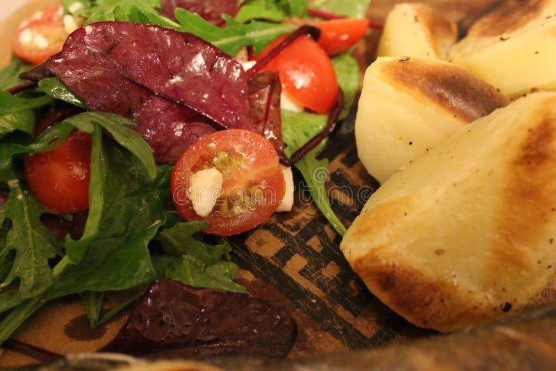 Салат с зажаренными картошками стоковая фотография rf