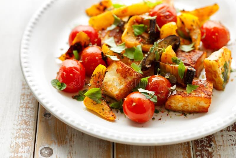 Салат с зажаренными сыром и овощем halloumi с добавлением ароматичных трав стоковое изображение