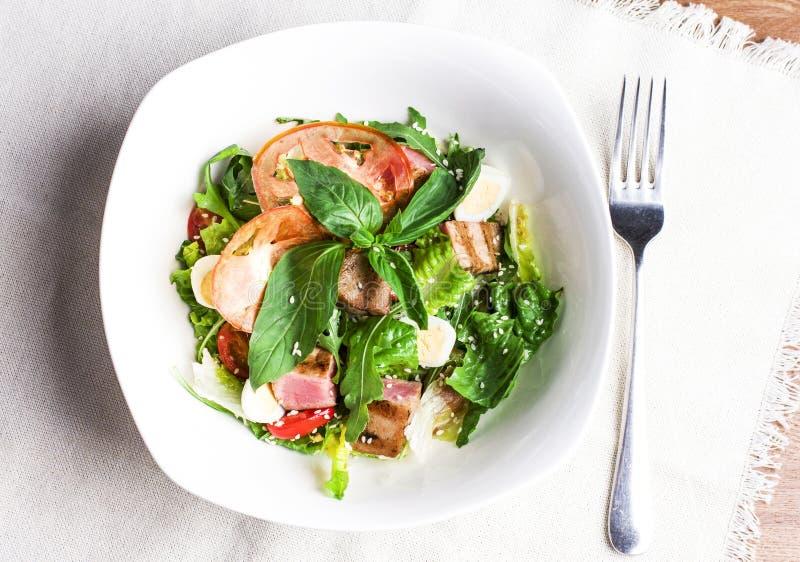 Салат с зажаренным тунцом, яичками триперсток и свежими овощами стоковое фото rf