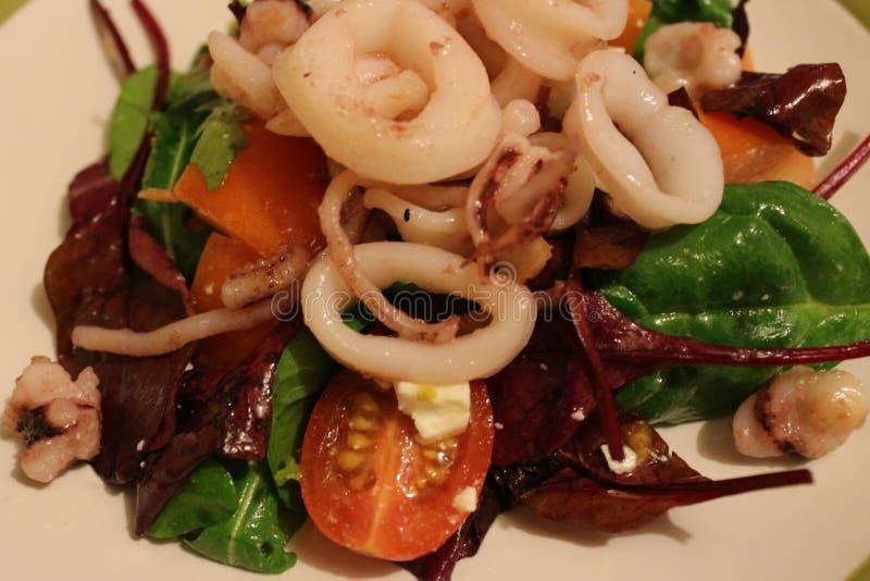 Салат с зажаренным calamari стоковое изображение rf