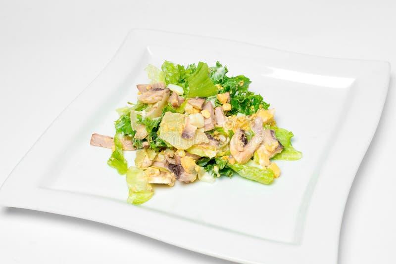 Салат с зелеными цветами, ветчина, яичка, томаты на белой предпосылке изолят стоковая фотография