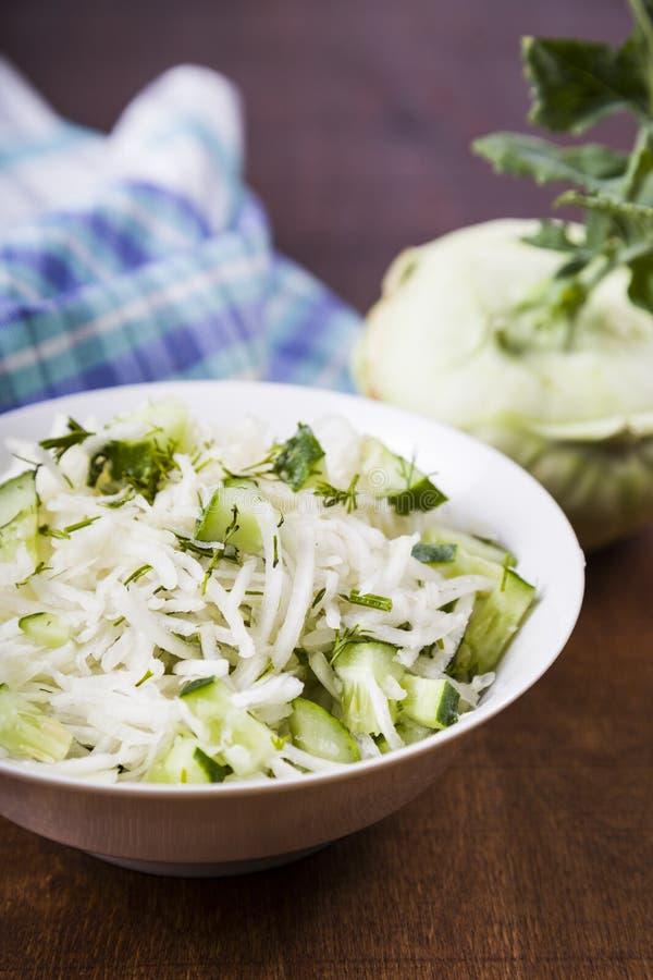 Салат с кольраби, огурцом и укропом стоковое фото